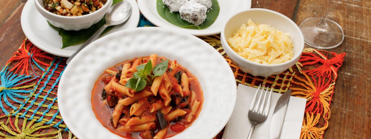 Fazemos Entrega e Takeout - Mostrando massa do dia com molho artesanal de tomates, salada de grãos e palha italiana de brigadeiro